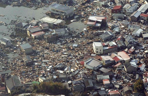 地震と津波による被害で流されたがれ…:東日本大震災 100枚の記録 写真特集:時事ドットコム