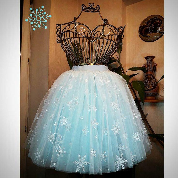 Снежинки голубые на белом 3 метра сборки, а длина юбки 45 см.  Остальные слои всё прямоугольники) 3/6/3