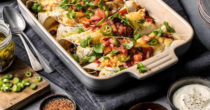Enchiladas er sammenrullede, myke maistortillaer som er fylt med kylling eller kjøttdeig- og tomatsaus. Rullene dekkes med ost og en tomatbasert saus for deretter å gratineres i ovnen. Det er like enkelt som det er godt, og det minner om meksikansk lasagne.