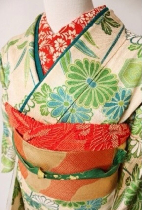 green and red florals: not one bit Christmasy | 着物 kimono, Obi, Han-eri