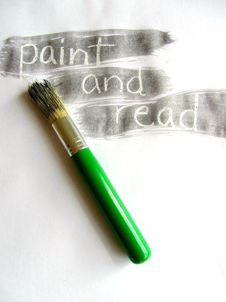 écrire à la craie grasse blanche puis enfant passent dessus avec pinceaux et découvrent un petit texte!