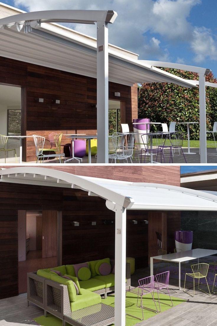 Jemná pergola s oblúkovitým dizajnom pasuje k domom, ktoré majú podobné jemné architektonické prvky.