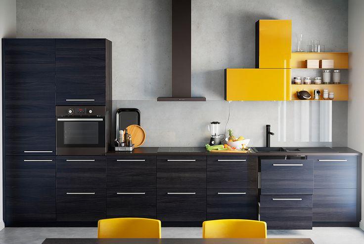 IKEA Einbauküche mit Schränken mit Fronten in schwarzem Holzeffekt und hochglänzendem Gelb, u. a. mit MOLNIGT Dunstabzugshaube für Wandmontage in Dunkelgrau