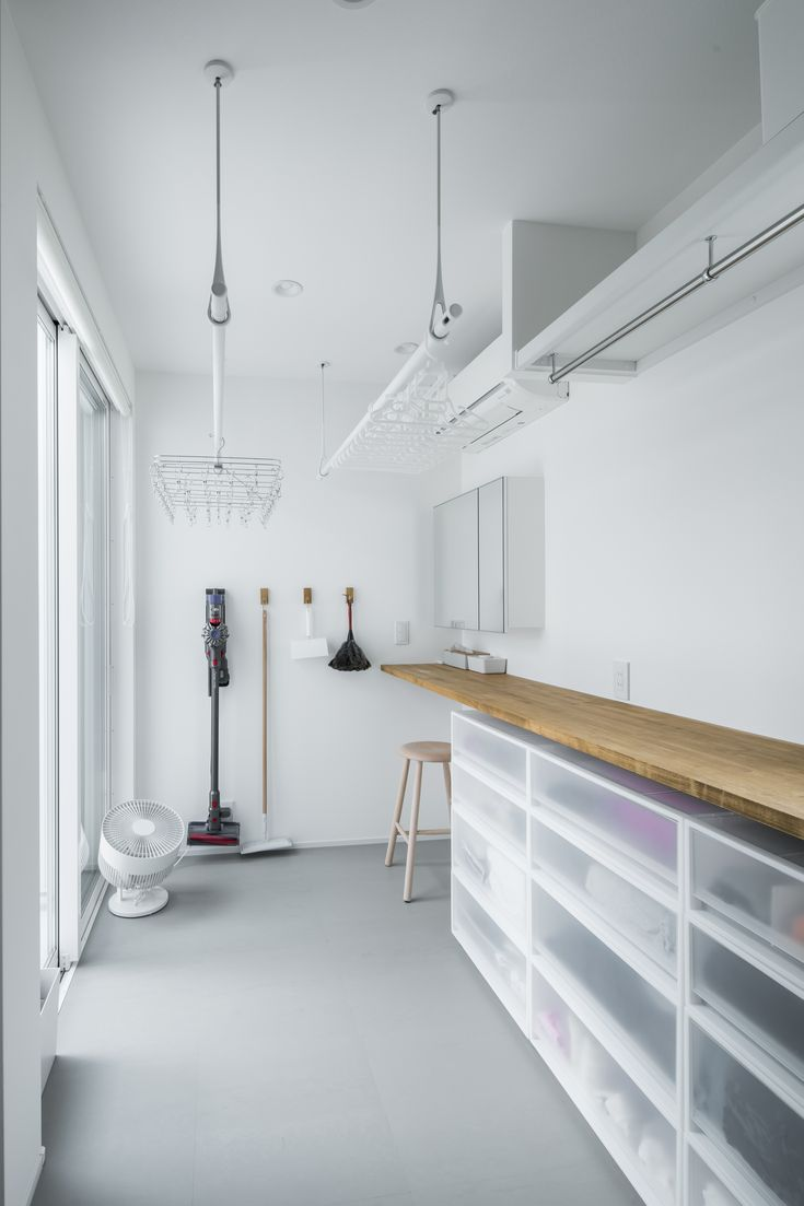 洗濯回りをまかなうサンルーム。室内干しはもちろん、外の視線を気にせずに外干しもOKです。アイロンから収納まで完結。#ルポハウス #設計士とつくる家 #注文住宅 #デザインハウス #自由設計 #マイホーム #家づくり #施工事例 #滋賀 #おしゃれ #ランドリー #サンルーム #洗濯 #収納