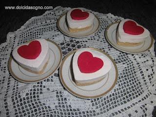 deliziose mini-cheesecake con base biscotto al cocco e crema di fruttolo, decorate con medaglione al cioccolato