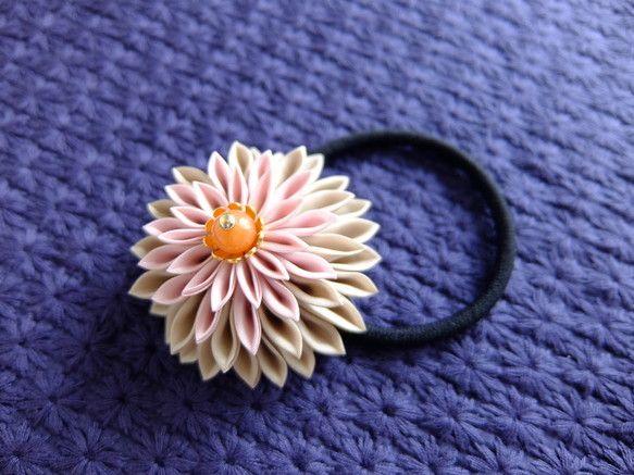 花びら一枚一枚折って作るつまみ細工のお花なら、甘すぎずどことなく品があります。【色:ベージュ&ダスティーピンク】中央のキャラメルのようなブラウンストーンには温...|ハンドメイド、手作り、手仕事品の通販・販売・購入ならCreema。