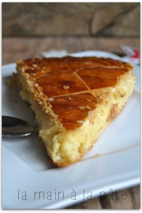 Galette des rois à la frangipane {recette de Cyril Lignac} Pour la frangipane : le mélange de la crème pâtissière + la crème d'amandes + 1 bouchon de rhum 2 rouleaux de pâtes feuilletées pur beurre 2 jaunes d'oeufs