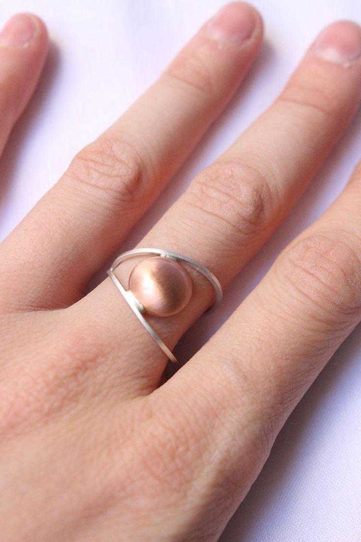 Moderno anillo hecho de plata y cobre hecho a la medida de su