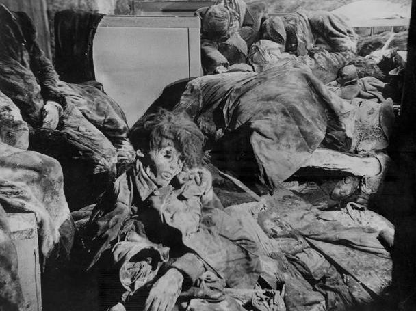 фото-2 Бомбоубежище Дрездена (Dresden) откопанное в 1946 году. В ночь с 13 на 14 февраля 1945 года немецкий город Дрездена (Dresden) подвергся серии бомбардировок, осуществлённых Королевскими военно-воздушными силами Великобритании и Военно-воздушными силами США. В результате бомбардировок около четверти промышленных предприятий города и около половины остальных зданий (городская инфраструктура и жилые дома) было уничтожено или серьёзно повреждено.