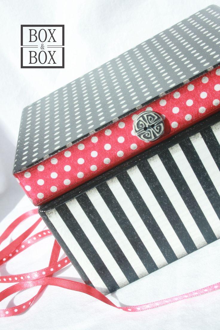 Black & red Na šperky, na menší šití, dřevěná, hlubší, bytelná, oblá... Jednoduchá, ale efektní kombinace černé a červené. Rozměry cca 16,5x13,5, výška 10cm, uvnitř všude látka.