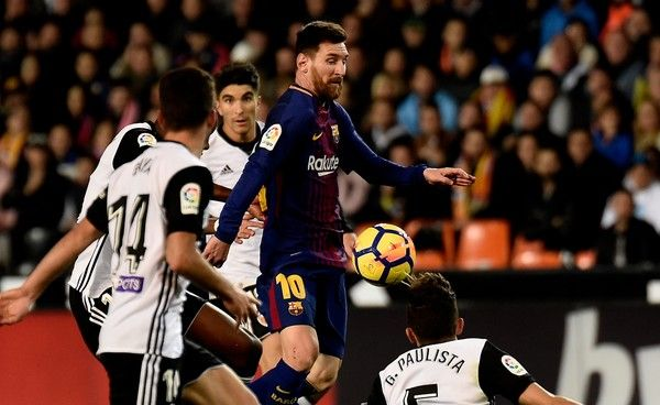 Barcelona's Argentinian forward Lionel Messi controls the ball in front of Valencia's Spanish defender Jose Luis Gaya Pena and Valencia's Brazilian defender Gabriel Paulista during the Spanish league football match Valencia CF and FC Barcelona at Mestalla stadium in Valencia on November 26,2017 / AFP PHOTO / JOSE JORDAN