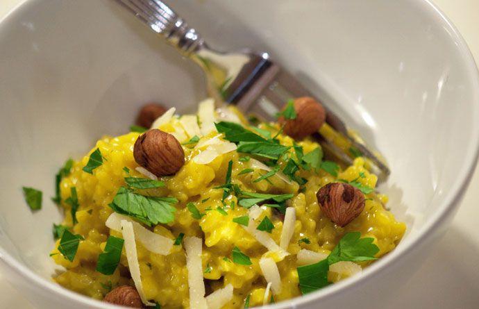 Safran risotto er smuk med sin gylden gule farve og så smager retten virkelig dejligt og lidt orientalsk med det lækre safrankrydderi