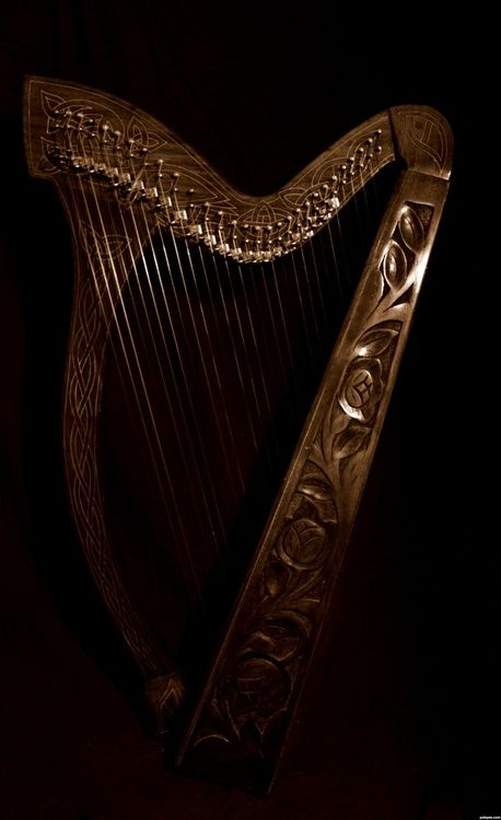 nightfall-in-the-middle-earth:    Celtic harp