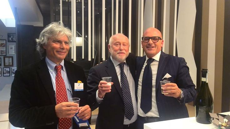 A final fair toast with our Italvetrine's friends! #EuroShop Messe Düsseldorf GmbH  Un brindisi di fine fiera con gli amici di Italvetrine!