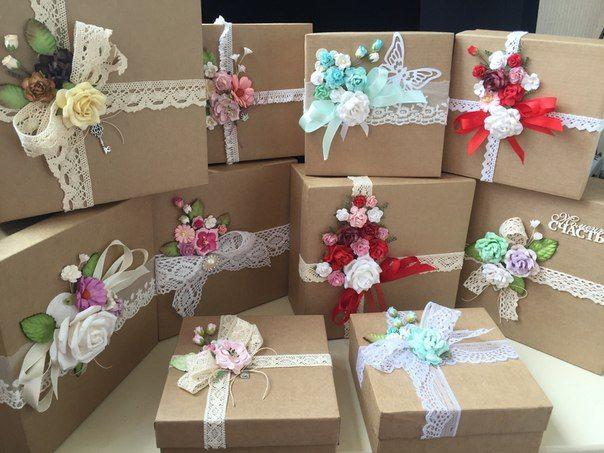 коробки для подарков украшенные цветами ,кружевом  и брошками без крепления
