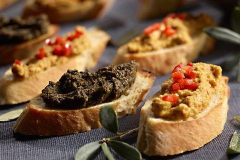 Doskonały przepis na chrupiące grzanki z czarną i zieloną tapenadą, czyli pastą z oliwek! Wypróbuj koniecznie!