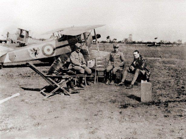 Piloti e avieri della 91^Sq. con Spad VII con emblema del reparto; A destra Francesco Baracca.