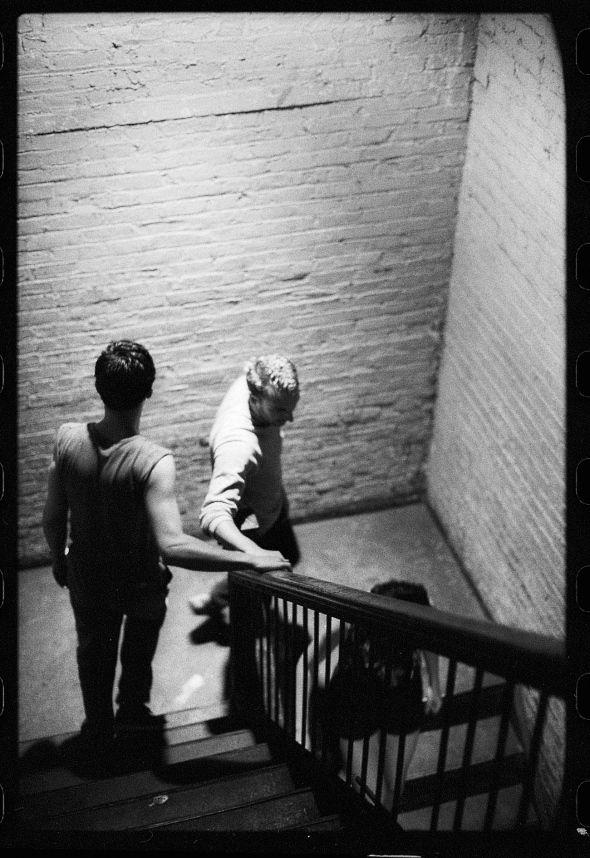 Kevin Cummins, der langjährige Cheffotograf des NME, zählt zu den wichtigsten Chronisten der Musikszene Manchesters. Vor allem Joy Division und New Order begleitete und verewigte er. Nur noch bis heute sind einige seiner Arbeiten in der 30-Jahre-New Order-Ausstellung True Faith im Berliner .HBC zu sehen. Im Interview sprach Cummins über dieTransformation der Band, ihre andere Seite und den ewigen Nachhall der Geschichte.