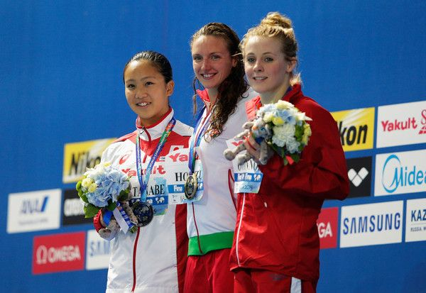 La otra plusmarca mundial llegó en la prueba de 200 estilos femenino. En ella, la húngara Katinka Hosszu revalidó su título en la modalidad al acabar con el récord de la estadounidense Ariana Kukors (2:06.15) al parar el reloj en 2:06.12. La presea plateada fue para la japonesa Kanako Watanabe (2:08.45) y el bronce para la británica Siobhan-Marie O'Connor (2:08.77).