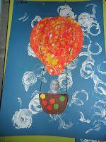 Verzamelwerk van allerlei beeldactiviteiten 1) Stempelen met rond materiaal (de wolken) 2) Met de ballen door de verf rollen in een schoendoos 3) Ronde papiertjes kleven (maak het moeilijker door vierkante en ronde papiertjes aan te bieden, de kleuters mogen alleen ronde papiertjes kleven)