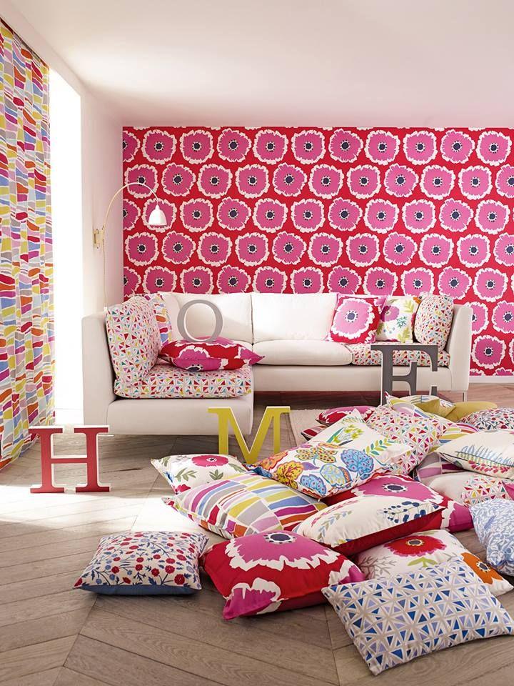 """Avete un divano bianco che vi sembra troppo anonimo? Ravvivatelo con cuscini colorati ed """"osate"""" una parete con una carta molto speciale, la vostra stanza sarà completamente diversa. La Sanderson propone nuovi tessuti e tanto colore.... TESSUTIEARREDI.COM"""