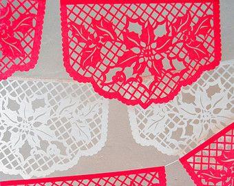 Nos modèles originaux ont été inspirés par vintage complexe de la mariée robe de mariée dentelle espagnole. Ces drapeaux est le résultat d'une fusion de deux vieux artisanat de monde: dentelle de Barcelone et mexicain papel picado (papercutting). Parfait pour une réception de mariage hacienda, douche nuptiale, fête d'anniversaire, etc..  Nos bannières sont fabriqués à la main dans vos chaussures sur papier couleurs, (voir la palette de couleurs ci-dessus). Nous avons plus de 30 couleurs de…