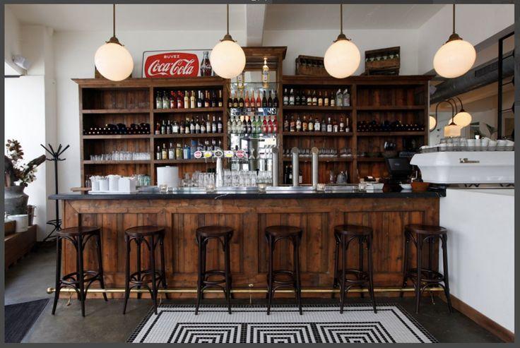 We zouden ook een oude bar als keukeneiland kunnen maken? Dus een oude kopen en…