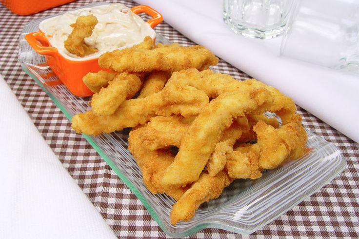 A receita de isca de frango com molho de queijo é perfeita para servir em uma reunião com os amigos em casa. Ninguém resiste a esta delícia!