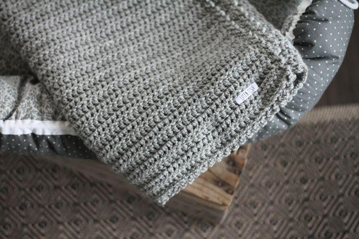Hej!  Förutom i en sober mullvadsnyans finns nu den vackra virkade filten även i form av en grå sådan. Fortfarande med en virkad kant som pricken över i:et. Filten mäter 76 respektive 86 cm…