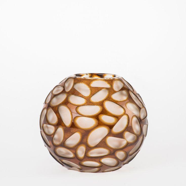 Koleksiyon Adı:  Mulie  Ürün Tipi:  Mumluk  Ürün Kodu: 051043.12  Ürün Rengi: Bal   Ölçü: h/11 cm çap/12 cm  Özellikleri: Serbest üfleme cam üzerine kesme tekniği üretilmiştir.