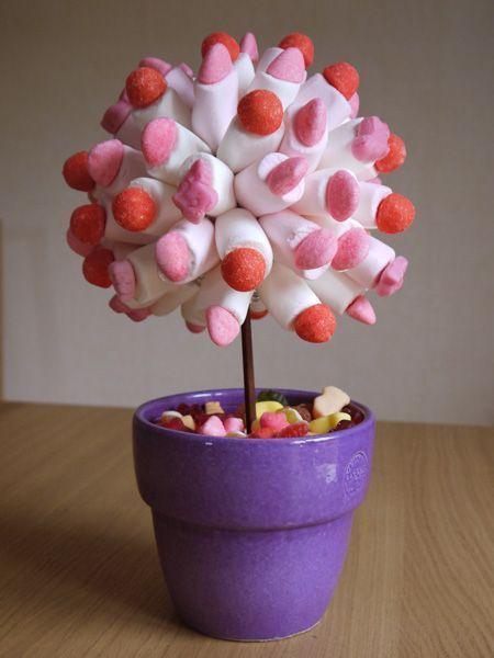 Aujourd'hui ma petite puce à un an, repas en famille avec comme centre de table cet arbre à bonbons. - une boule en polystyrène - des bonbons (fraises tagada, tagada pink, chamallow ou autres) - petits pics en bois - une baguette en bois - pot de fleur...