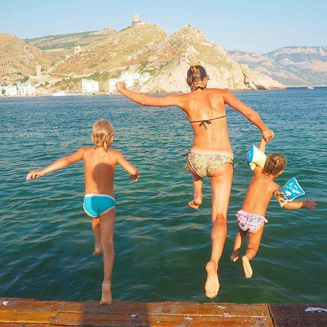 Вот так мы заканчивали наш день. Мраморный пляж в Балаклаве. А начинался он с завтрака в 8 утра у друзей на крыше))) @natalia_chernyakhovskaya - радушная хозяйка, команды: @krimonline, атмосфера @atmoquvest и Оля @instasevastopol. Было здорово всех увидеть. Положить традицию утренних встреч. Очень рада встретить людей, с кем можно находиься рядом и чувствовать себя в своей тарелке)))).
