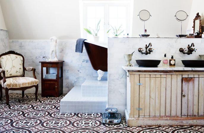 http://www.skonahem.com/inredning/badrum/Lantligt-och-moblerat--badrummet-gar-i-fransk-stil