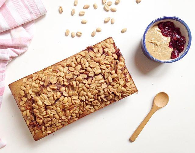 PEANUT & BANANA & JELLY PUDDING: ALTA FIESTA 🎉👏🏻🍾 Porque a la vida hay q ponerle EXTRA onda como a este MEGA budín DELI: te morissss💣💣💣 1 budín de 8 porciones (así ya te queda porcionado en el freezer para simplificar tu semana): -2 banana grandes -1/2 taza de harina de almendras (las procesan en una licuadora potente o procesadora. Pueden usar semillas de girasol, nueces, castañas etc) -1 taza de harina de arroz integral (o la que prefieran pero con esta queda más esponjoso) -3…