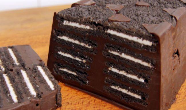 Μια πανεύκολη, για αρχάριους, συνταγή για ένα υπέροχο γλυκό ψυγείου. Δροσερός σοκολατένιος κορμός, με κομμάτια σοκολάτας, μπισκότα όρεο και λάδι καρύδας που θα του δώσει μια απίστευτη γεύση. Ένα αγαπημένο γλύκισμα για μικρούς και μεγάλους