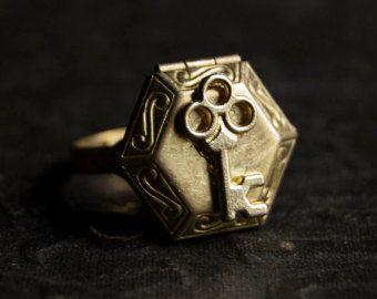 Anillo oro latón Oval caja compartimiento por TheParlorApothecary