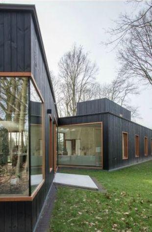 Deze woning bezorgt je iedere dag een vakantiegevoel • Architect: www.dertien12.be (nieuwbouw • modern • donker hout • houten raamprofiel)