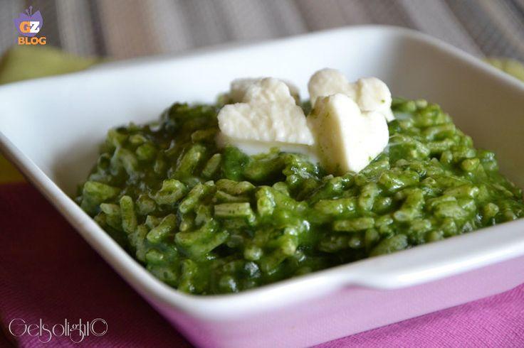Risotto alla crema di spinaci e mozzarella, un primo piatto leggero e cremoso, adatto a tutta la famiglia.