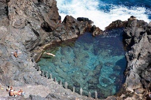 Charco de la Laja (îles Canaries)  Charco de la Laja est une petite piscine naturelle situé à la ville de San Juan de la Rambla (Tenerife, îles Canaries). Créée par des éruptions volcaniques qui ont atteint la mer, elle offre la possibilité de prendre un bon bain, mais il faut faire attention aux vagues !