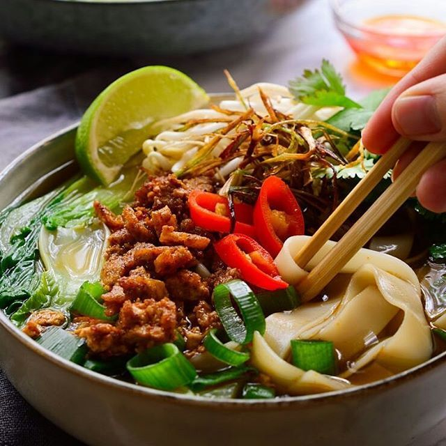 People freak out about how long it takes to make pho but making vegan pho from scratch is easy! You never need to simmer veggies for more than 1 hour to extract all the flavour so making your own stock for a deliciously fragrant and flavour-packed pho is totally worth it! Link to recipe in bio! . Sopa vietnamita pho. Caldo de verduras casera con especias deliciosas: canela, anis estrella y clavos. Fideos de arroz, pak choi, brotes de soja, cilantro, cebolleta, chile picante y jugo de lima…