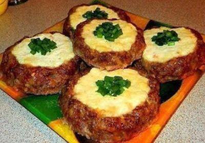 Ингредиенты:Фарш – 500 грамм;Сыр плавленый – 150 грамм;Творог – 300 грамм;Сыр твердый тертый -100 граммЯйцо куриное -1 шт.Специи – соль, перец, сухой чеснокПриготовление:1. В мясной фарш добавляем т…