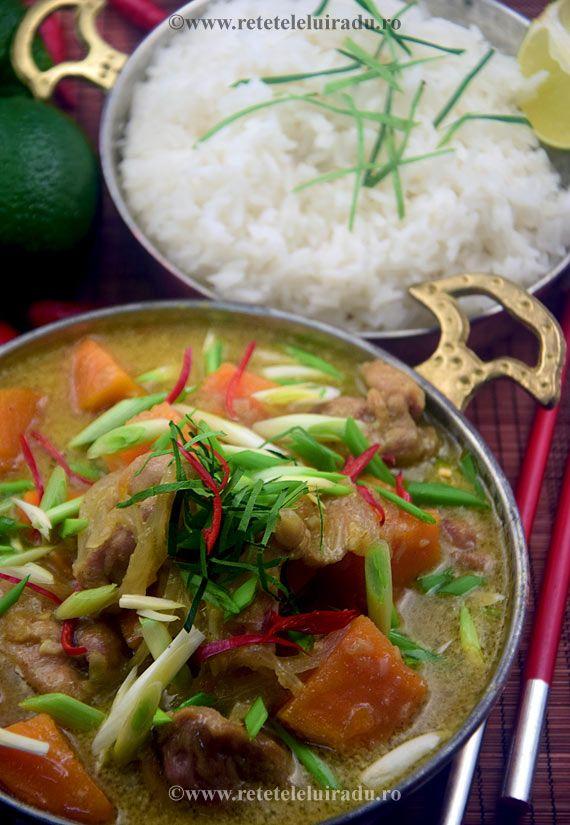 Va propun o varianta, cosmetizata putin dupa propriile mele preferinte, de curry vietnamez. Este unul dintre acele curry-uri care chiar folosesc ca aroma de baza amestecul de mirodenii numit curry. Reteta este simpla, iar lista de ingrediente nu pune foarte mari probleme, caci acolo unde acestea exista, por propune