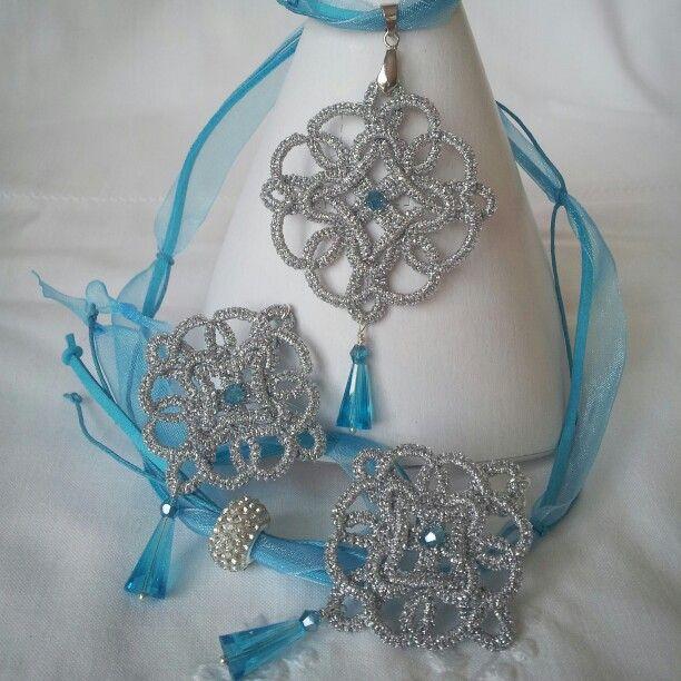 Ciondolo ed orecchini in chiacchierino con cristalli azzurri ... collarino in fili di organza, alcantara e cotone cerato... con perla stile pandora con strass