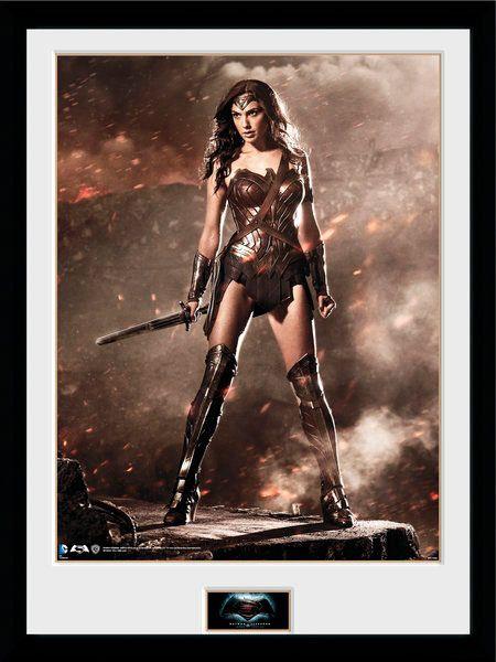 Póster enmarcado Wonder Woman 45 x 34 cm. Batman v Superman: el Amanecer de la Justicia. Gaya Entertainment  Para los que no quieran complicarse demasiado y quieren un póster enmarcado relacionado con el film titulado Batman v Superman: el Amanecer de la Justicia, aquí tienes este que te presento de Wonder Woman con unas medidas de 45 x 34 cm. Es ideal para los fans amantes de los cómics, villanos y super héroes y sin duda queda perfecto en la habitación o la sala que tú elijas.