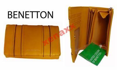 Logo marki na portfelu W pudełku Kolor - musztardowy Portfel posiada: - 7 przegródek na karty - 3 większe przegrody - 1 okienko - 1 przegroda na banknoty - 1 duża kieszeń na monety Całość zapinana na zatrzask Wymiary: 16 cm X 10,5 cm X 3 cm