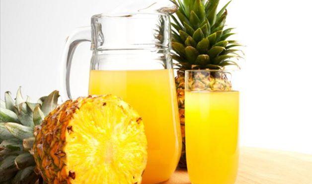 jarra com suco e um abacaxi ao lado - Foto Getty Images