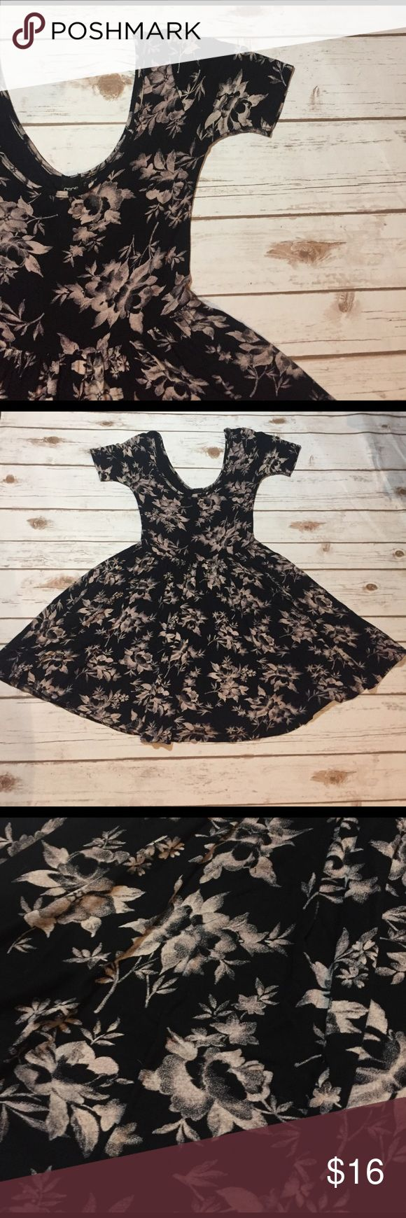 "FLASH sale ASOS Stretchy Skater Dress Size 0 Beautiful flowy dress. 28"" from shoulder seam to hem ASOS Dresses"
