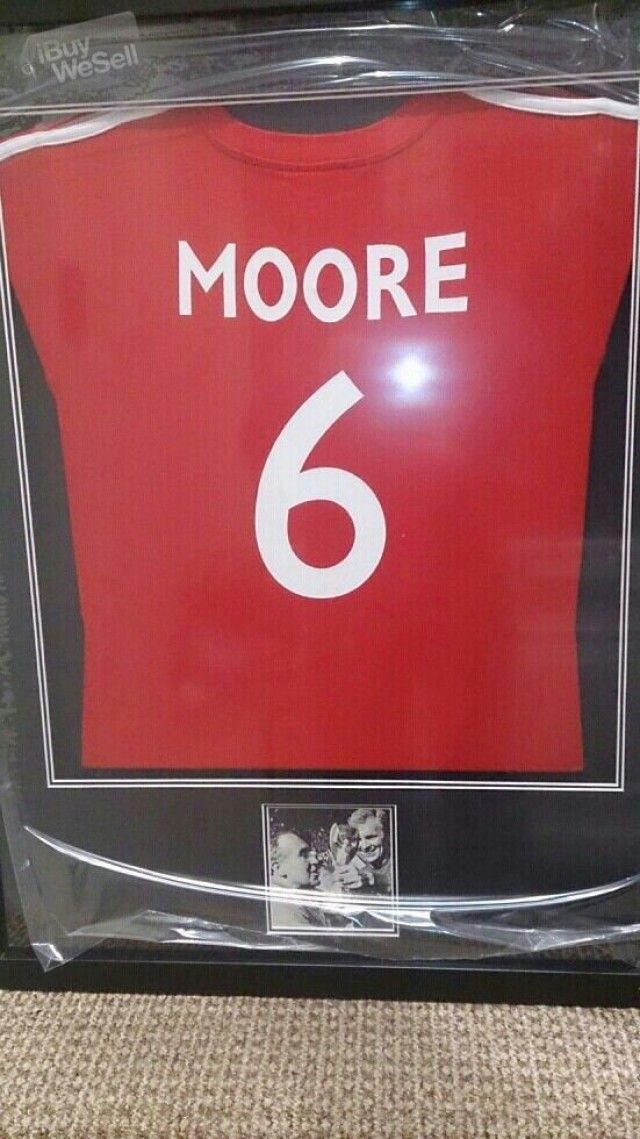 http://www.ibuywesell.com/en_GB/item/signed+bobby+moore+picture+-England+-+Stockport/52645/