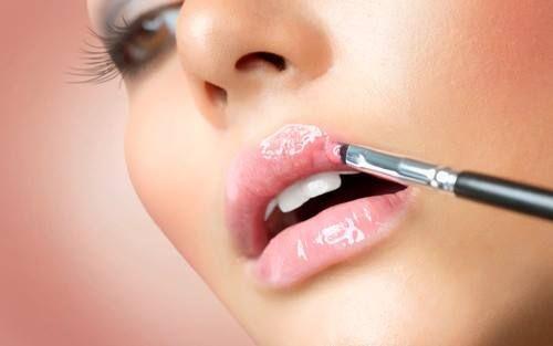 Pamiętaj! Wiele balsamów do ust i błyszczyków zawiera w swoim składzie mentol lub kamforę, które posiadają właściwości wysuszające. Nawet jeżeli na liście składników nie figurują te substancje, częste nakładanie błyszczyka uzależnia usta od jego aplikacji, ponieważ nawilżanie z zewnątrz rozleniwia naturalny system nawilżania naskórka.