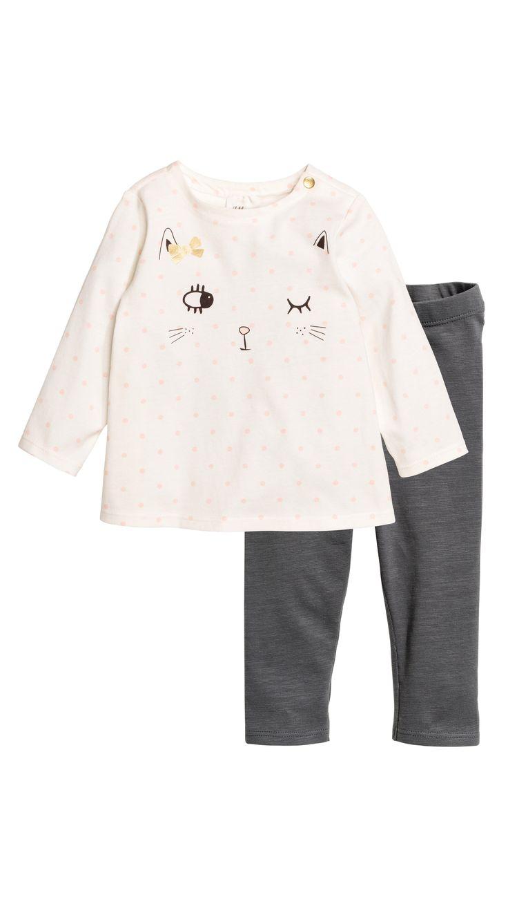 H M vous propose une large gamme de vêtements de bébé fille de 4 mois à 2  ans. Découvrez notre dernière collection bébé et enfant en ligne ou dans  une bouti 860676e2222